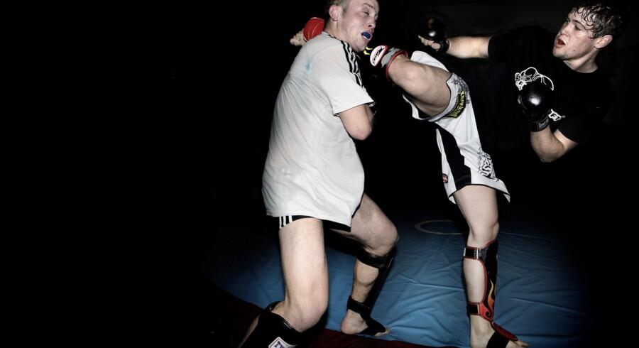 Mixed Martial Arts-træning i Grøndalscentret.    Mikkel Kjer Pavo, 20 år (tv) Nicolas Dalby, 25 år (th).