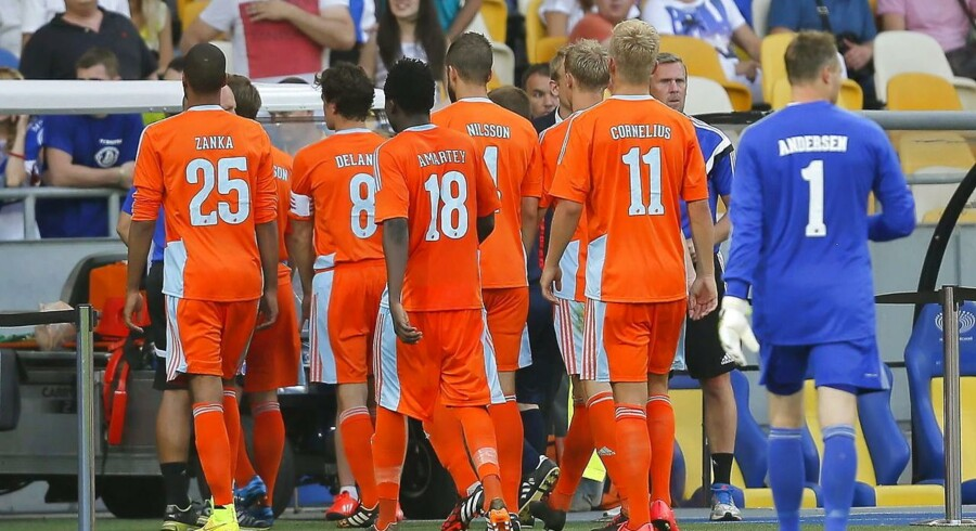 FCK-spillere ses her forlade banen i Kiev, da kampen blev afbrudt som følge af uro på tilskuerpladserne.