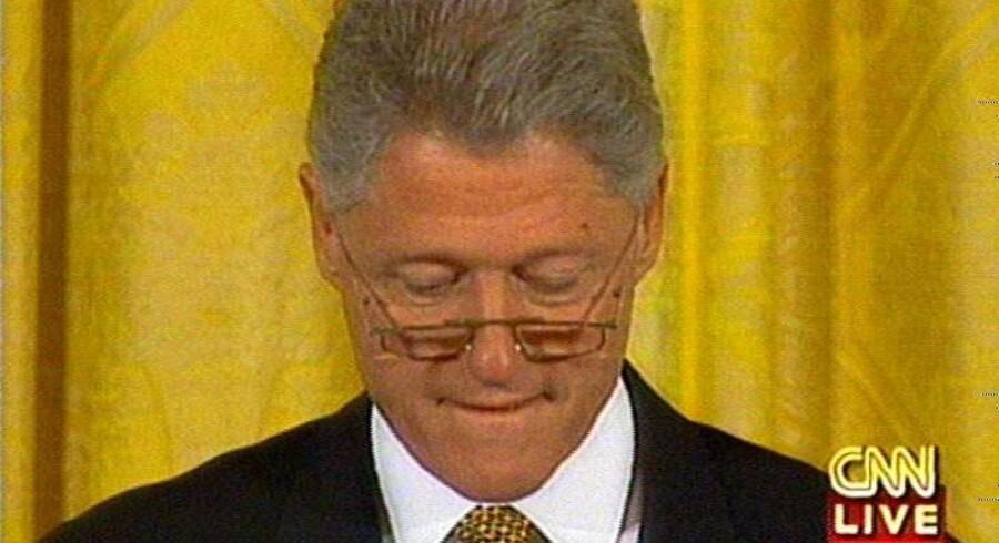 Ups - det kan være svært at holde styr på det hele som amerikansk præsident. Bill Clinton havde så mange ting i hovedet, at han mistede det kort, der kunne udløse et atomart angreb.