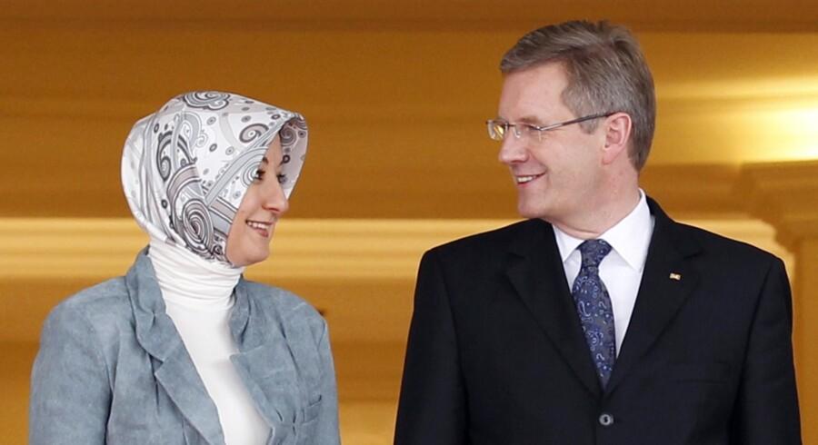 Tysklands forbundspræsident, Christian Wulff, i samtale med Hayrunnisa Gul, hustru til Tyrkiets præsident Abdullah Gul, under en velkomstceremoni i præsidentpaladset i Ankara