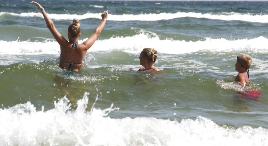 Mange mennesker har fundet vej til stranden i løbet af juli måned.