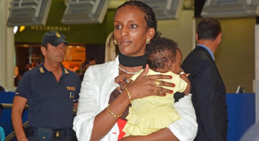 Meriam Ibrahim fra Sudan rejste torsdag aften fra Rom i Italien til Philadelphia i USA med hele sin familie. På armen har hun sin datter Maya, som hun fødte i fængslet i Sudan.