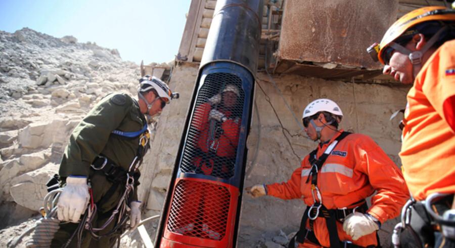 Redningsfolk tester her den kapsel, som de 33 chilenske minearbejdere skal trækkes op i.