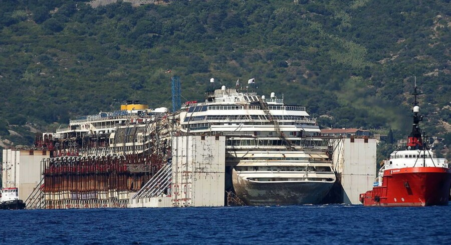 Med et dusin slæbebåde bliver Costa Concordia her bjærget.