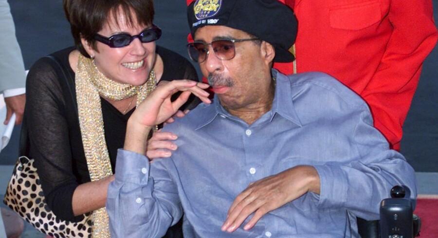 Den amerikanske komiker Richard Pryor blev diagnosticeret med multipel sklerose i 1986, og levede i mange år med sygdommen, selvom han var en af de hårdere ramte, der endte i kørestol. Pryor døde i 2005, 65 år gammel. Han døde ikke af sin MS, men af en blodprop i hjertet, der havde jagtet ham siden det første hjerteanfald i 1977. Her er han i år 2000 ved en filmpremiere sammen med sin kone af bådefjerde og sjette ægteskab, Jennifer Lee.