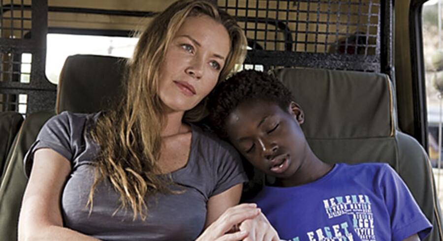 Simon (Simon Lougue Larsen) og hans mor (Connie Nielsen) er på ferie i Nairobi, Kenya, da han forsvinder i filmen »Kidnappet«.