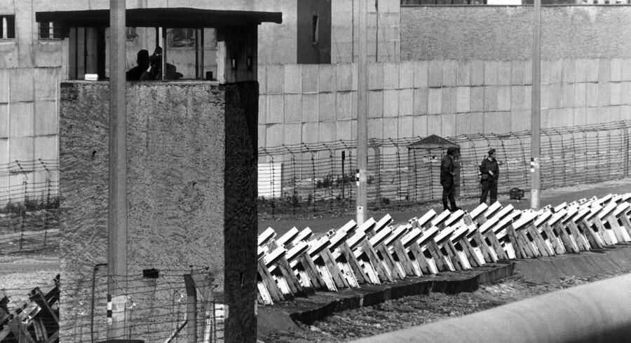 Vagter holder øje med eventuelle østtyskere, der forsøger at flygte til Vestberlin. Muren blev væltet i 1989.