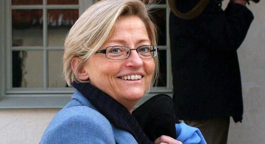 Karolinska Sygehuset i Stockholm har bedt den svenske socialstyrelse om at undersøge den behandling, som udenrigsminister Anna Lindh modtog, efter at hun i 2003 blev stukket ned og dræbt i et stormagasin.