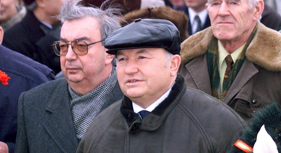 Moskavs nu forhenværende borgmester Jurij Lusjkov (i midten) er gift med en dame, som er tre gange rigere end ham selv, og han er milliardær.