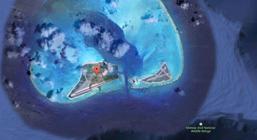 Flyet blev tvunget ned på atollen Midway, der som navnet antyder ligger omkring midtvejs mellem USA og Asien i Stillehavet.