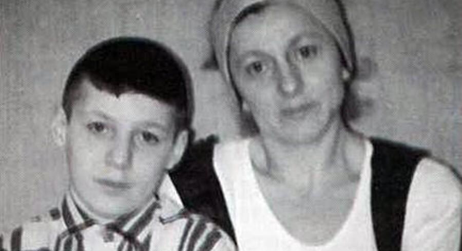 Privatfoto af Kisa Akaeva og hendes søn, Lors Doukaev, da han var en stor dreng.