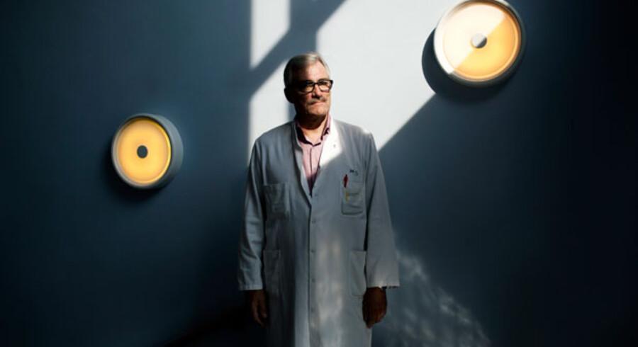Ledende overlæge på ortopædkirurgisk afdeling på Bispebjerg Hospital Benn Duus mener, at behandlingsgarantien har anbragt ledelserne ude på sygehusene i meget svære dilemmaer og har ført til, at en del patienter er blevet behandlet for tidligt og i mange situationer formentlig unødigt.