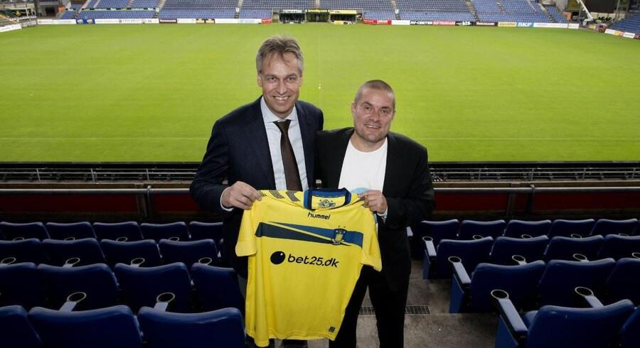 Ny sponsor for Brøndby. Jens Aaløse, koncerndirektør i TDC, og Holger Kristensen, direktør i Bet25.dk. (Foto: Liselotte Sabroe/Scanpix 2014)
