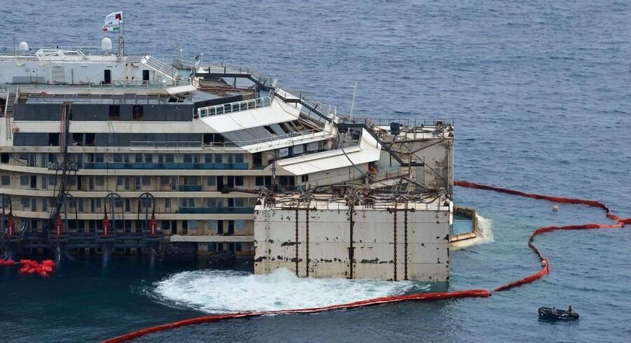 Krydstogtskibet Costa Concordia, der i 2012 kæntrede med tusindvis af passagerer ombord ud for den italienske ø Giglio, har mandag taget hul på sin sidste rejse.