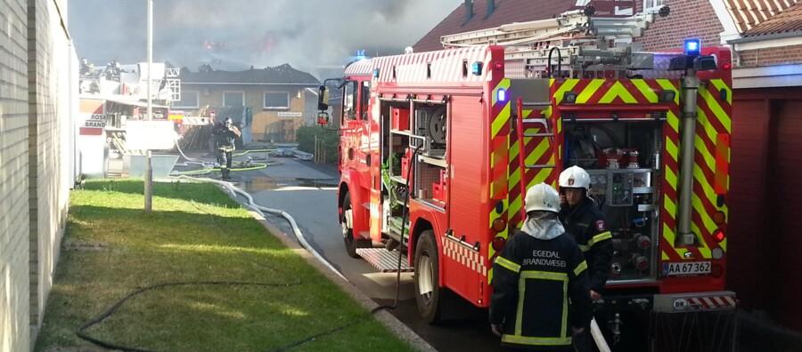 Roskilde Brandvæsen fik assistance fra Egedal Brandvæsen til at bekæmpe branden i Jyllinge Hallen.