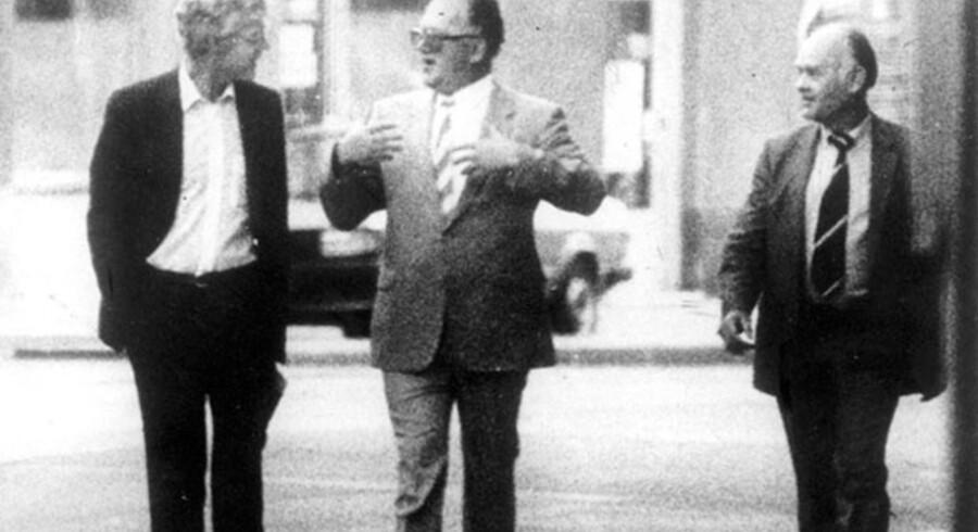 Blandt de fældende beviser var et fotografi, hvor den tidligere FN-delegerede og medlem af det norske Arbeiderparti ses i samtale med to agenter fra KGB. Foto: Overvåkningspolitiet