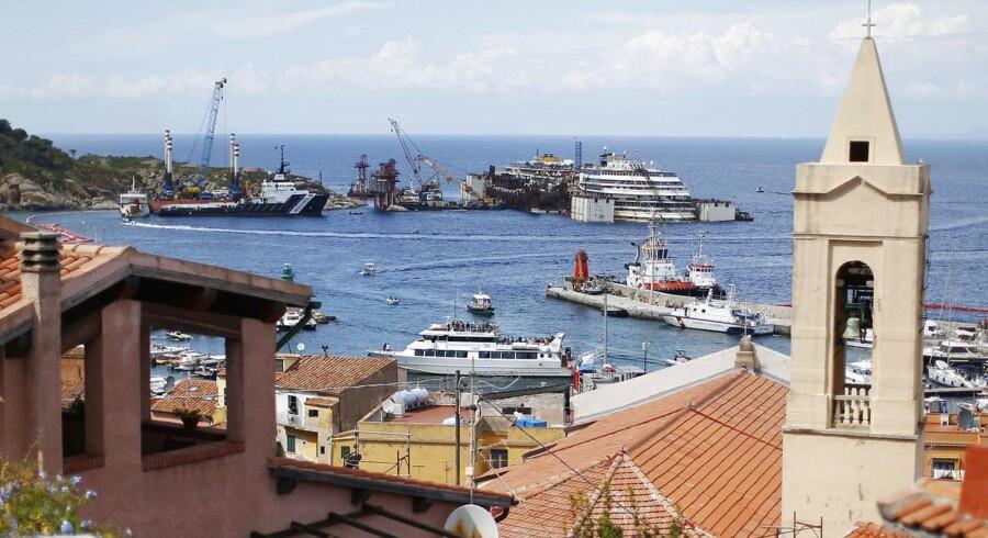 Krydstogtskibet Costa Concordia bliver nu bjærget, efter de italienske myndigheder har givet grønt lys til den omfattende aktion.Beboerne på øen Giglio er glade for at slippe for synet af det forliste skib:»Jeg er glad for, at de fjerner det, for med tanke på de dødsfald, der skete, giver det os kuldegysninger altid at se på skibet,« siger en af de lokale ved navn Italo Arienti til Reuters.