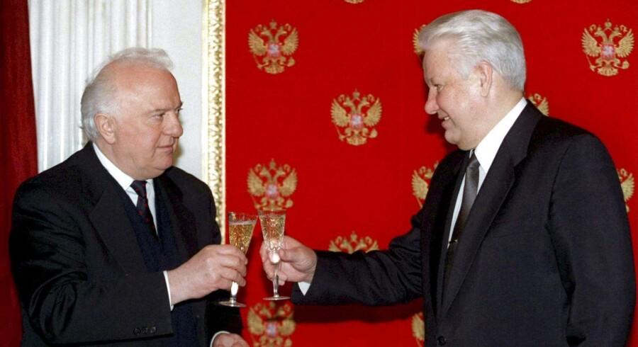 ARKIVFOTO 1996. Den russisie præsident Boris Yeltsin (th) med den da georgiske præsident Eduard Sjevardnadse.