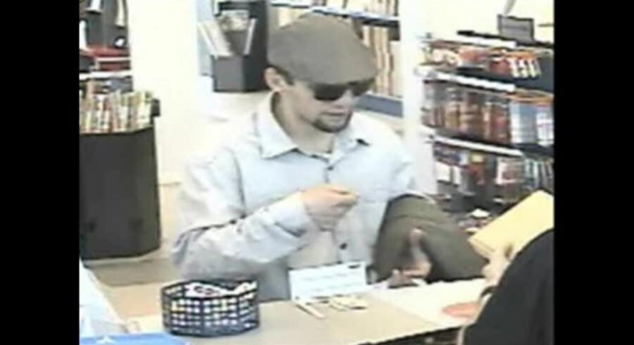 Politiet kan ikke identificere den formodede gerningsmand, og offentliggør nu billeder af manden. Her er han fanget på overvågningskamera på et posthus på Østerbro.