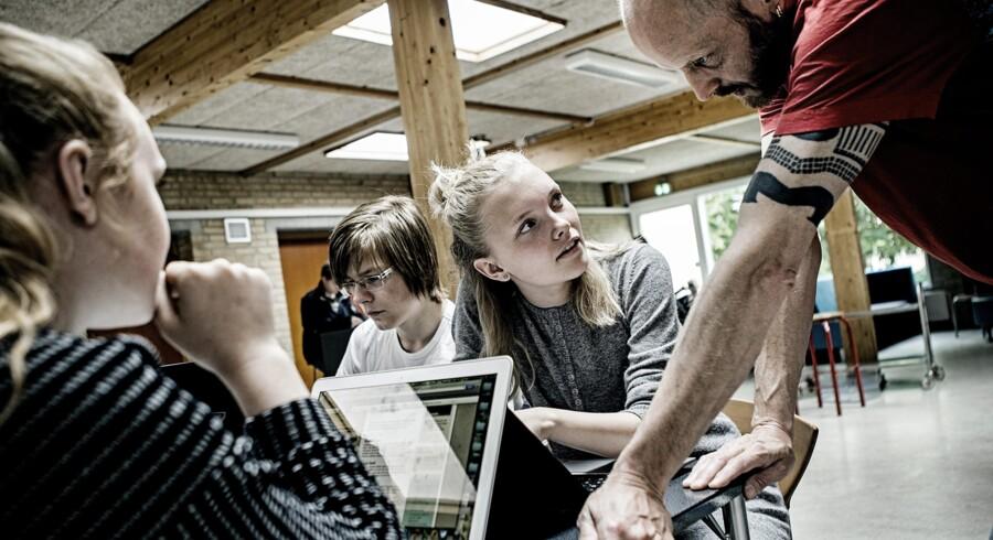 Lærer Kurt Mikkelsen (th.) har undervist på Da Vinci Linjen på Blåbjerggårdskolen i Esbjerg, siden den blev oprettet i 2009. Foto: Robert Attermann.