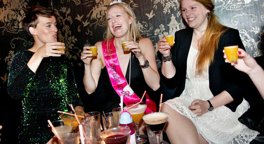 Den kommende brud blev hevet med på polterabend af sine kusiner og veninder. Pigerne havde bestilt bord på Madam Chu's til cocktails. Her får Aileen Christensen, Monica og brudgommens lillesøster Stine Frederiksen shots på huset.
