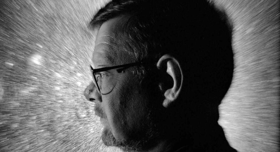Først da litteraturstudiet blev skiftet ud med teologien, fandt Kjeld Holm sin rette hylde. I »Åbne døre – erindringer om mennesker, jeg har mødt« beretter han om den betydning, bl.a. hans undervisere har haft for hans udvikling.