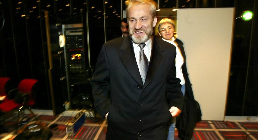 Sakajev var her til morgen på vej til en tjetjensk kongres, men blev tilbageholdt af politiet i den polske hovedstad Warszawa. I 2002 blev Sakajev tilbageholdt af dansk politi, men en dansk domstol afviste at udlevere ham til Rusland på grund af manglende beviser.