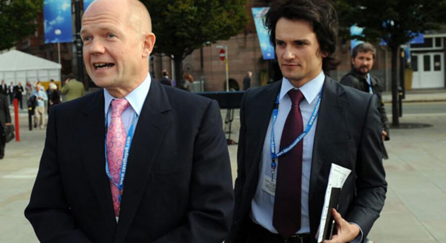 Nuværende udenrigsminister William Hague og hans rådgiver Christopher Myers på vej til de Konservatives årsmøde sidste år. Hague medgiver, at han under valgkampen i år delte hotelværelse med sin over 20 år yngre rådgiver. Men han afviser, at de er kærester.