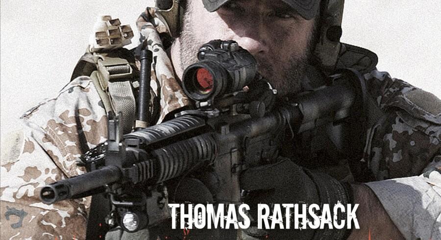 Udgivelsen af den tidligere jægersoldats Thomas Rathsacks bog har ført til, at Forsvarets Auditørkorps har tiltalt to ansatte i Forsvarskommandoen for at lyve efter en falsk oversættelse af jægerbogen kom i omløb.