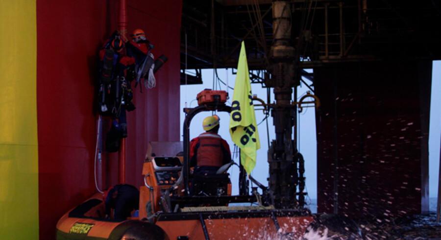 Fire aktivister fra Greenpeace har fastgjort sig med reb i nogle mindre telte på siden af offshore anlægget Stena Don i Vestgrønland.