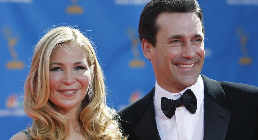Skuespillerne Jon Hamm og Jennifer Westfeldt fra dramaserien 'Mad Men' til Emmy-uddelingen i New York.