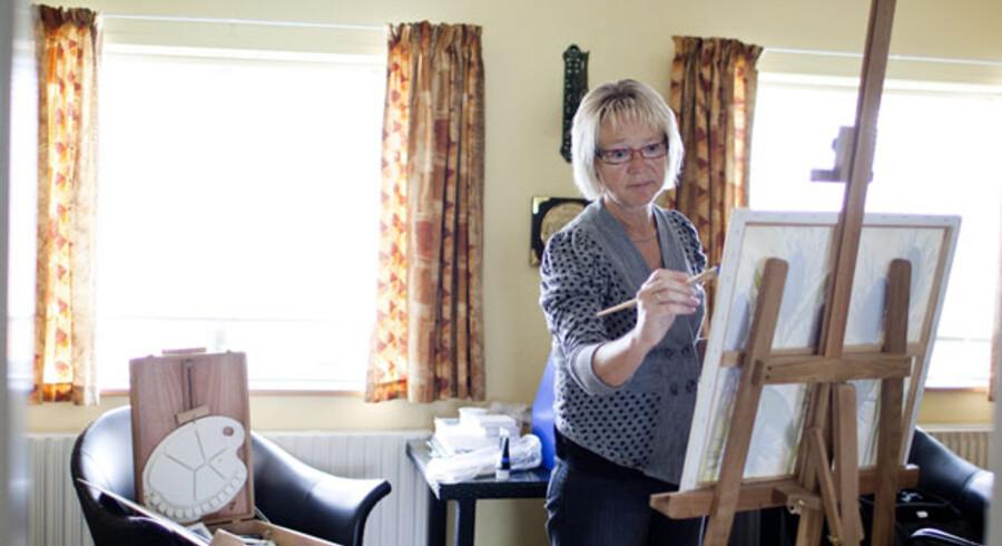 Efter sin hjerneblødning er Connie Hansen begyndt at male sammen med andre kronisk syge, der også har haft svært ved at finde rundt i systemet. Samtidig træner hun en række færdigheder ved at male: Koncentration, motorik, opmærksomhed – og vigtigst af alt giver kurset selvtillid.