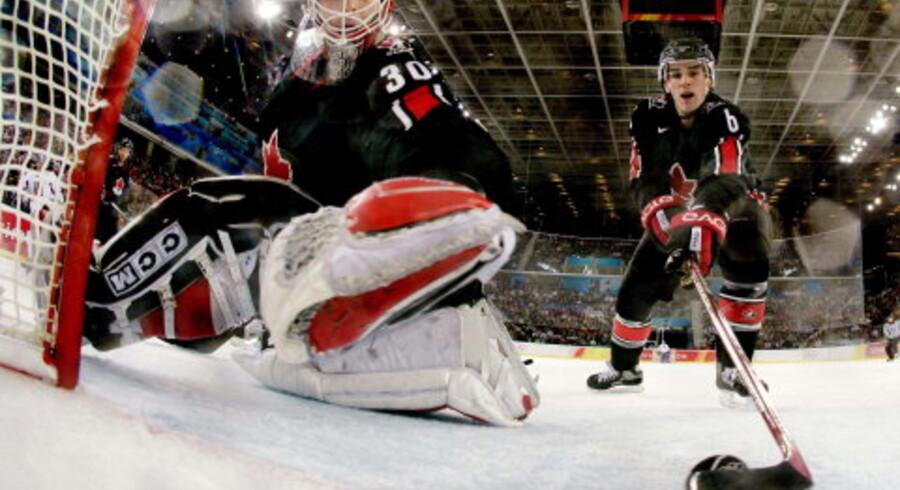 Canadas Wade Redden (th.) stopper pucken på stregen af målmand Martin Brodeurs kasse. Canada stod for presset mod Tjekkiet, men det holdt hårdt. Foto: Reuters