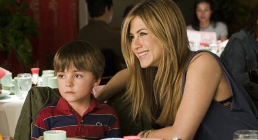 Jennifer Aniston spiller den enlige mor til en søn, der er fremkommet ved hjælp af sæddoner. Men den rigtige far er i virkeligheden en gammel flamme, der blusser op. Foto: PR