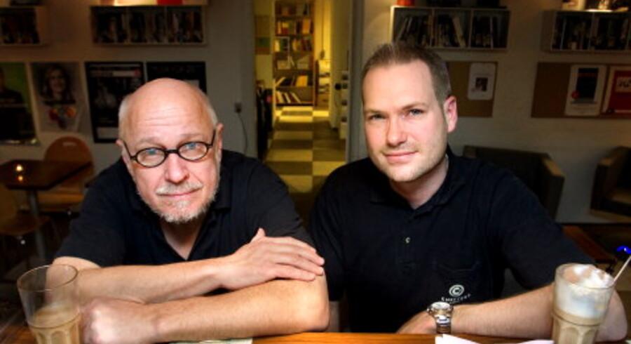 Siden Ib Schierbeck (t.v.) og Anders Buhl (t.h.) åbnede Chesters Bogcafé i 2003, har det været en fast strategi at tilbyde kunderne ekstra oplevelser. Der bliver afholdt gratis oplæsningsarrangementer med digtere, og aktuelle debatforfattere kommer forbi til diskussionsmøder med læserne. Foto: Kristian Brasen