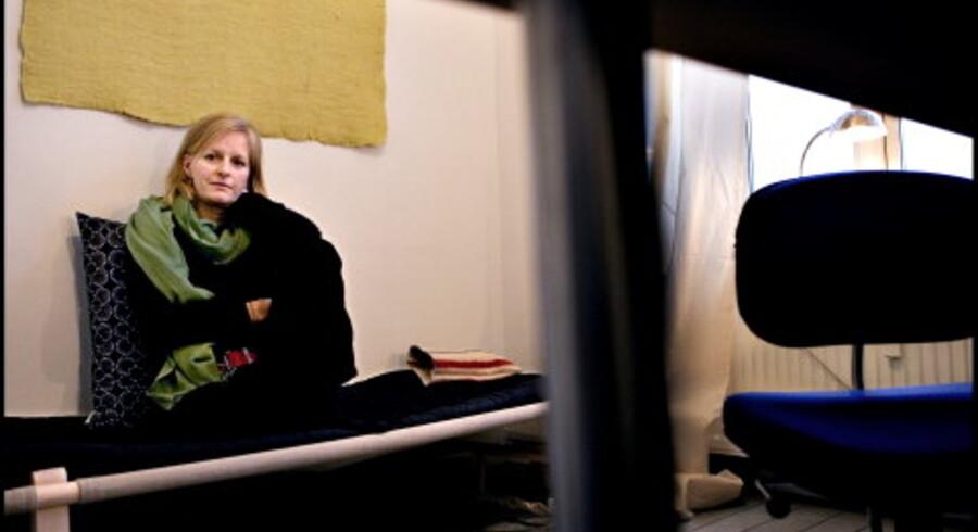 Astrid Saalbachs skriveværksted på ti kvadratmeter i en baggård i København er barberet ned til et absolut minimum for ikke at distrahere unødigt i arbejdet med at omskabe en spæd idé til et færdigt manuskript. Foto: Linda Henriksen