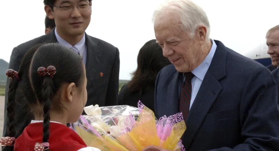 Jimmy Carter (th) bliver modtaget i Nordkorea.