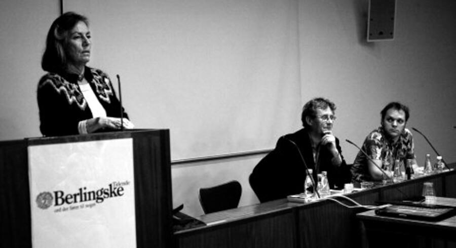 Forfatteren Anne Marie Løn på talerstolen, i midten litteraturredaktør Nils Gunder Hansen (ordstyrer) og forfatteren Morten Ramsland. Foto: Erik Refner<br>