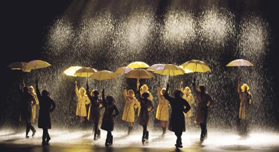 Vand og atter vand daler over de svenske dansere, der giver publikum lyst til at danse videre efter at have set den fremragende forestilling. Foto: PR