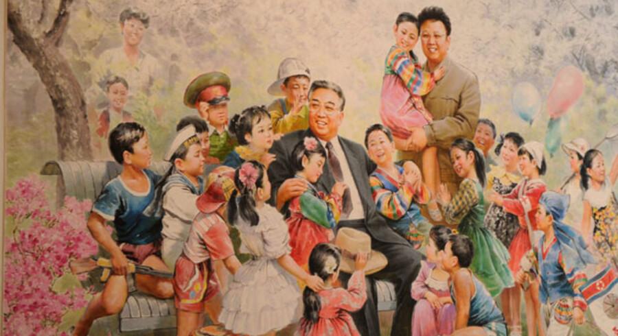 Et skønmaleri forestillende Nordkoreas leder, Kim Jong Il, vises frem til den 5. sept. i Wien. Billedet er et af i alt 16 portrætter af Kim og hans far i udstillingen »Kim Il Sungs blomster«, som siges at være den første, der vises i udlandet.