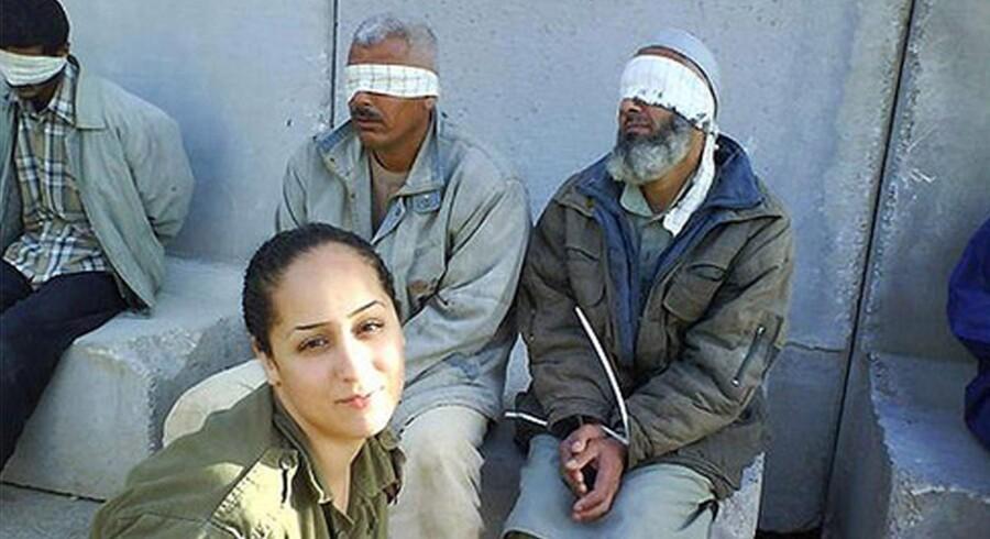 Den israelske soldat Eden Abergil offentliggjorde billeder, hvor hun poserer foran palæstinensiske fanger, på sin Facebook.