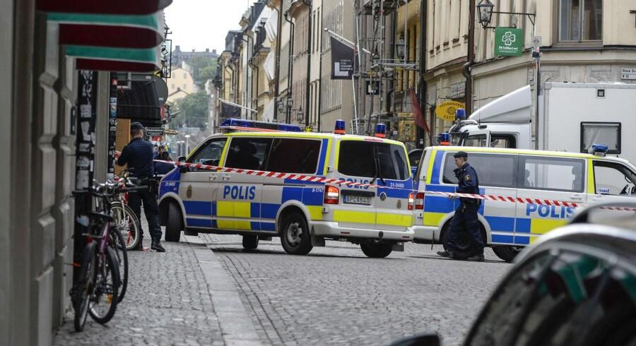 Den mand, der har indgivet en bombetrussel i det centrale Stockholm, befinder sig fortsat i en bygning i Store Nygatan. Politiet forhandler med ham om en fredelig løsning.