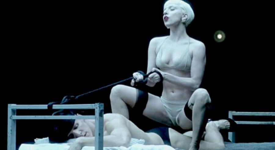 En scene fra Lady Gagas video »Alejandro« fra 2010.