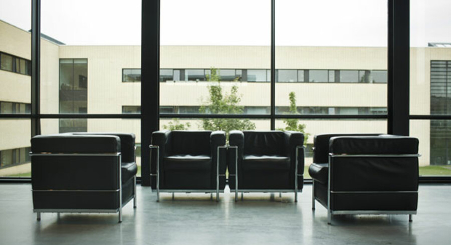 LC 2-stolene fra Le Corbusier koster cirka 34.000 kroner i originalversion. Kopierne her, der står i RUCs bibliotek, kan man købe for 6.600 kroner. Alle kopier bliver nu fjernet, og firmaet bag originalerne kræver, at samtlige kopier brændes.