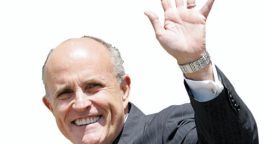 Smil, om så det gælder - Rudy Giuliani vinker til folket 15. maj i år. Foto: Reuters/Tami Chappell