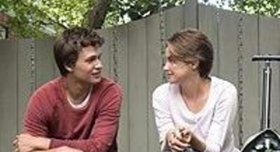 Ansel Elgort og Shailene Woodley gør det godt i en rørende film om kærlighed i sygdomskatastrofens tegn.