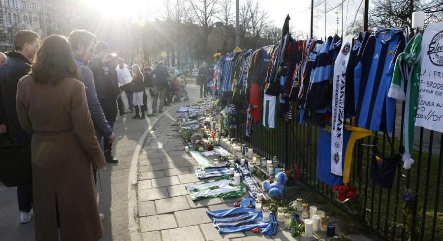 Dagen efter den tragiske hændelse mødte tusindvis af Djurgården fans op for at tage afsked med den 43-årige omkomne.