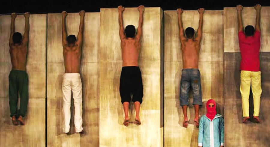 Secen er nøgen med en finérvæg af fem skabe i baggrunden, og her folder den marokkanske akrobatgruppe sig ud.