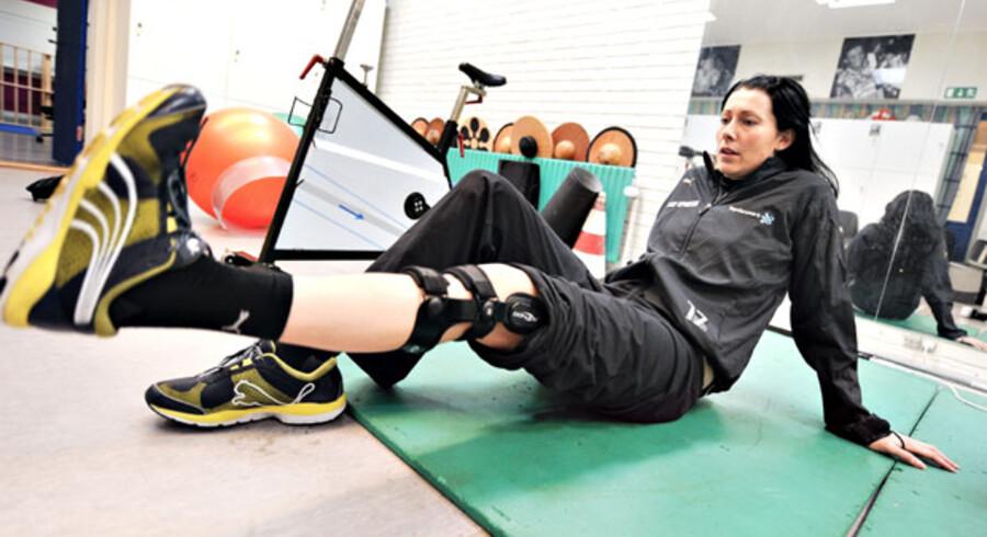 Den serbiske håndboldspiller Bojana Popovic har lige som mange andre unge med høj fysisk aktivitet fået sit korsbånd revet over. Her ses hun sidste år til genoptræning, der ifølge en ny undersøgelse er lige så gavnlig som en operation.