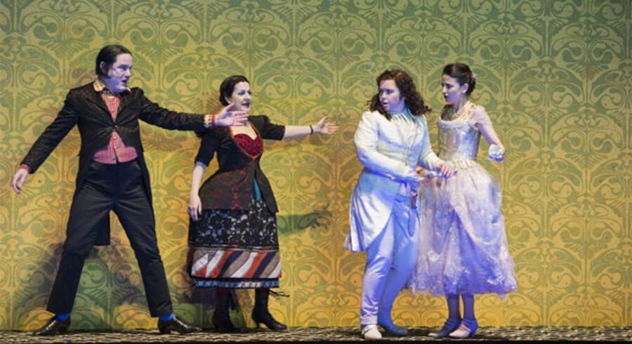 Tara Erraught (nummer tre fra venstre) skulle ifølge kritikere have lidt for meget på sidebenene. Her ses hun i rollen som Octavian i Glyndenbourne Operas opførelse af Strauss' »Rosenkavaleren«.